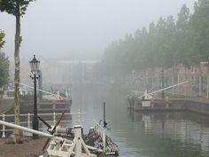 Weesp in Augustus in de mist.