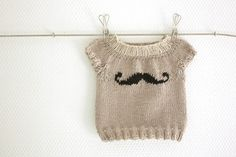 i know a little girl who neeeeeedddddsss one of these :) ha Supercute short sleeved mini moustache sweater PDF pattern instruction. The sweater is knitted bottom up and fairly easy. Instructions are also included for long sleeves. Cute Little Baby, Baby Kind, Baby Love, Knitting For Kids, Baby Knitting, Creative Knitting, Baby Pullover Muster, Pull Bebe, Baby Sweater Patterns