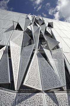 Photo by Jens Lindhe Metal facade that responds to temperature Pattern Architecture, Folding Architecture, Dynamic Architecture, Parametric Architecture, Tropical Architecture, Parametric Design, Futuristic Architecture, Facade Architecture, Building Skin