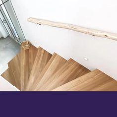 Natuurlijke trapleuning De houten trapleuningen zijn vervaardigd van boomstammen, natuurlijk hout. Hierdoor hebben de stammen een natuurlijke vorm, krommingen en een unieke stijl. Elke trapleuning is uniek en heeft een andere houtstructuur. www.decoratietakken.nl