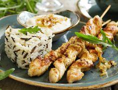 Akşam Yemeği Tarifleri- İki Renkli Pirinç Pilavı ve Soslu Tavuk Şiş Izgara Tarifi http://www.yesiltopuklar.com/aksam-yemegine-farkli-tavuk-pilav-tarifi.html