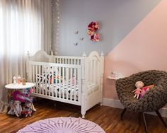 Quarto da Cecília tem @amomooui! Mamãe arquiteta @isabelafigueiro uniu o clássico ao moderno quando optou por usar roupa de cama na estampa Cruz Preta da MOOUI num berço provençal.  E arrasou!  Parede em 2 tons, cinza e rosa, deu um charme especial junto com a poltrona de lã.   #mooui #decoração #quartodemenina #quartodebebe #arquitetura #roupadecama #colorido #detalhe #menina #decoration #girlsroom #home #archilovers #detail #color #decor #modern #beautiful #nursery