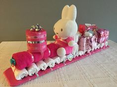 This is so precious Idee Baby Shower, Baby Shower Crafts, Shower Bebe, Baby Shower Diapers, Baby Crafts, Shower Gifts, Diaper Train, Diaper Crafts, Nappy Cakes