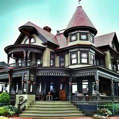 Haus in Oak Bluffs, Martha Vineyard, perfekt restauriert - Architektur Victorian Architecture, Beautiful Architecture, Beautiful Buildings, Beautiful Homes, Architecture Design, Architecture Sketches, Style At Home, Mansion Homes, Victorian Style Homes