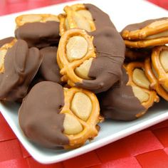 "Peanut Butter ""Buckeye"" Pretzel Bites Recipe - The sweet and salty combination of these bite-sized snacks is incredible. Then the fact that it is a chocolate and peanut butter combination makes it even better! Peanut Butter Buckeyes, Peanut Butter Pretzel, Dipped Pretzels, Stuffed Pretzels, Köstliche Desserts, Delicious Desserts, Yummy Food, Health Desserts, Crockpot"