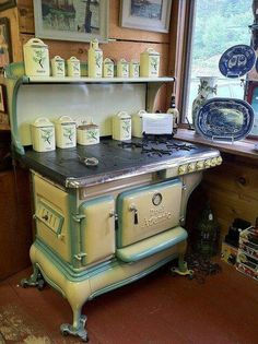 amazing vintage kitchen stove (found at an antique shop in Northwood, NH) Cuisinières Vintage, Vintage Decor, Vintage Furniture, Vintage Kitchen Appliances, Old Kitchen, Kitchen Decor, Wood Burning Cook Stove, Wood Stove Cooking, Cuisinières Antiques