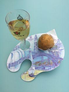 Pastel de Bacalhau com recheio de queijo da Serra e cálice de Vinho do Porto, na Casa Portuguesa em Lisboa e Porto, Portugal.... Espectacular!!!