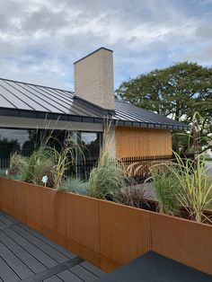 byJEMA CUBY Corten planters used as fence on open roof terrace. Exterior House Colors, Exterior Design, Indoor Outdoor Living, Outdoor Spaces, Rooftop Terrace Design, Riverside House, House Deck, Grand Homes, Facade Architecture