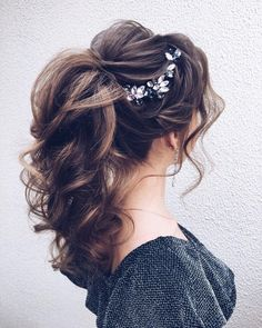 A ponytail with wispy bangs in the perfect choice for trendy and chic brides. From easy high and low ponytails ,so take a look at these beautiful ponytail hairstyles that truly inspire! hair styles DIY Ponytail Ideas You're Totally Going to Want to 2019 Daily Hairstyles, Hairstyles With Bangs, Ponytail Hairstyles For Prom, Trendy Hairstyles, Gorgeous Hairstyles, Bridal Hairstyles, Bangs Updo, Ladies Hairstyles, Updo Curly