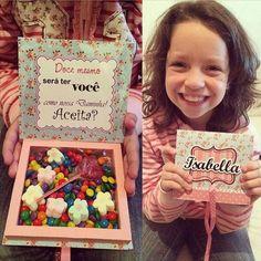 Inspiração muito fofa para você convidar suas daminhas e pajens. Imagina a carinha deles quando abrirem um convite tão doce!