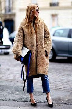 Teddy-Mantel, Blue-Jeans und schwarze Heels, fertig ist das Outfit für die Fashionista.