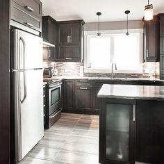 Cuisine contemporaine avec armoire vitré intégré dans l'îlot Home Design Decor, Interior Design Kitchen, Small Kitchen Storage, Home Decor Kitchen, Decorating Kitchen, Cuisines Design, Kitchenette, Kitchen Cupboards, Beautiful Kitchens