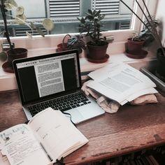 Ideas para hacerle un espacio lindo en tu escritorio a tu laptop