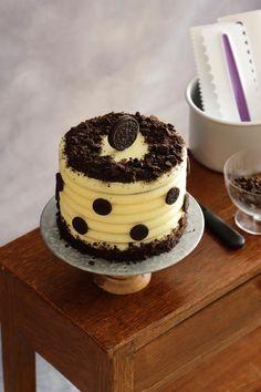 Esta preciosa tarta de chocolate con relleno de chocolate blanco y mascarpone, decorada con Oreo es tan bonita como delicosa. ¡Pruébala! Chocolate Blanco, Oreo, Cakes, Desserts, Blog, Tortilla Pie, Sweet Recipes, Deserts, Pretty