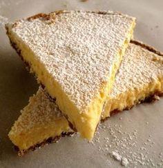 Μια υπέροχη τάρτα λεμονιού με μαλακή βάση μπισκότου, βελούδινη και ανάλαφρη κρέμα λεμονιού, με πλούσια υπόξινη γεύση. Μια πολύ εύκολη συνταγή (από εδώ) για