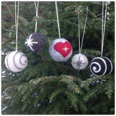 Tovade julgranskulor – Min kreativa sida Felt Christmas, Christmas Bulbs, Christmas Crafts, Wool Applique, Felt Ornaments, Needle Felting, Wool Felt, Holiday Decor, Blogg
