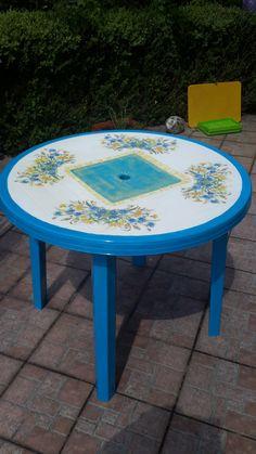 To był kilkuletni stary stół ogrodowy w kolorze brzydkiej zieleni. Po pomalowania i zastosowaniu techniki decoupage wygląda jak na zdjęciu.