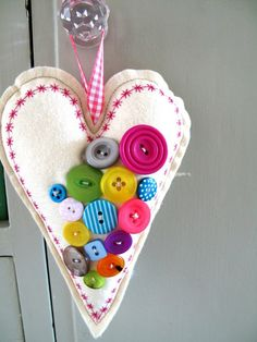 Button Art with felt heart Valentine Crafts, Christmas Crafts, Valentines, Christmas Colors, Button Art, Button Crafts, Heart Button, Sewing Crafts, Sewing Projects
