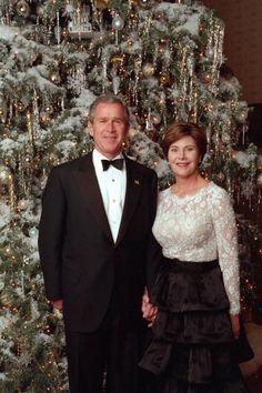 American President George Bush & First Lady Laura Bush White House Christmas Tree, Christmas Past, Christmas Themes, Presidents Wives, American Presidents, American History, Famous Presidents, Laura Bush, Barbara Bush