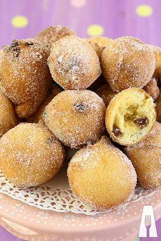 Semplici e veloci da preparare, le frittelle con uvetta uniscono un impasto soffice al gusto zuccherino dell'uva sultanina