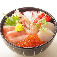 Bowl of rice topped with sashimi 海鮮丼 (Kaisendon) Japanese Food Sushi, Japanese Street Food, Japanese Dishes, Sushi Recipes, Asian Recipes, Sushi Comida, Sashimi Sushi, Carpaccio, Good Food
