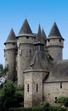 O castelo de Val dominava outrora o vale. Construído no século XIII perto de Lanobre (Cantal, França), hoje está isolado numa ilha criada por uma barragem.