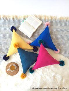 Dreieck Party Party Throw Pillow im skandinavischen Stil Modern Nursery Pillow handgemachtes Pom Pom Minimalist Style Decoration Kinderzimmer - Home Design Sewing Pillows, Diy Pillows, Custom Pillows, Decorative Pillows, Throw Pillows, Cushions, Fur Bedding, Cushion Cover Designs, Patchwork Cushion