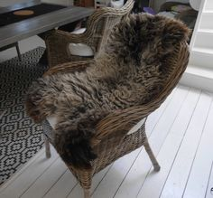 Redo för vinter! Fårskinn på plats... Fåtöljer: Byholma från IKEA