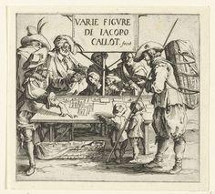 Jacques Callot | Titelprent voor prentserie 'Diverse figuren' / 'Varie figure di Jacopo Callot', Jacques Callot, 1621 - 1624 | Een prenthandelaar aan een tafel, waarop hij zijn waar uitgestald heeft. Een groep klanten heeft zich om zijn tafel geschaard, onder hen enkele kinderen en een man met een groot pak op zijn rug. Bij de tafel staat een bord met daarop titel en maker van de prentreeks. Dit is namelijk de titelprent voor een serie van 16 prenten (15 volgens Lieure) met mannen en vrouwen…