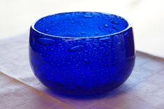 Lekker blå signert bolle- kunstglass. Lekker blå bolle i meget bra stand- glassmassen er fylt med dekorative bobler- Signert- H857/125- Boda Glasbruk- design Erik Höglund- 1960-tallet- H= 7 cm...Dia=oppe= 11 cm.