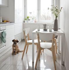 Nawet w małej kuchni da się wygospodarować miejsce na wygodny kącik do jedzenia. Podpowiadamy, jak go urządzić i co zrobić, gdy nie mieści się stół. Zobacz nasze ROZWIĄZANIA: jadalnia w małej kuchni Small White Kitchens, Narrow Kitchen, Kitchen Interior, New Kitchen, Kitchen Dining, Kitchen Ideas, Dining Room, Sweet Home, Interior Decorating
