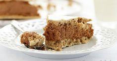 Gâteau ou entremets meringué aux noisettes, café et mousse aux deux chocolats. Une gourmandise facile et festive.