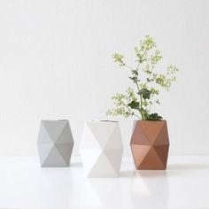 Vase - lowEine Vase aus Karton!Die Vase SNUG.VASE lässt sich ganz einfach aus einem vorgefalzten Bogen in die richtige Form falten und zusammenstecken. In Kombination mit einem mit Wasser befüllten Wasser- oder Marmeladenglas lässt sie sich als Vase verwenden.Das Glas kannst Du ganz einfach in Deiner Spülmaschine reinigen – schon ist die ganze Vase wieder frisch. Die Vase ist in drei verschiedenen Farben erhältlich. Wobei die Farbwahl durch die Materialien Porzellan (weiß), Beton (grau) und…