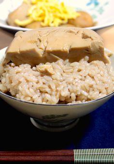 七草も終え、そろそろみなさん胃腸の疲れもとれてきた頃でしょうか。 今回は、飲み会疲れの胃腸にもしみ渡る、 と〜〜ってもシンプルなご飯ものの紹介です。 材料は、たったひとつ、 豆腐だけ。 甘辛いつゆのしみこんだ、とろふわ、つゆだくの豆腐丼です。 そう、あのおでんの老舗、日本橋お多幸の「とう飯」を 超かんたんに再現したレシピです。 もちろん何十年も注ぎ足し受け継がれているお多幸の味にはかないませんが、 おうちにある調味料とお豆腐だけで、お肉にも勝るしあわせ。 シンプルな素材勝負の煮物なので、できるだけ昔ながらの製法で作られた美味しい絹豆腐を選んでくださいね。 香ばしく炊いたほうじ茶ごはんに、アツアツの豆腐を豪快にのせて、 男前にかっこんでください!笑 疲れた体も、もりもり喜びますよ。 お豆腐は効率のよいタンパク源であり、ミネラル源。 ここからは、体の話。 ちょっとだけ付き合ってくださいね。 【体をつくる必須アミノ酸の話】 私たちの体はたんぱく質で出来ています。 そのタンパク質はアミノ酸からできています。 新しい細胞を作るのにも、 新しい血液を作るのにも、… Diet Recipes, Recipies, Healthy Recipes, Rice Menu, Rice Noodles, Easy Cooking, Japanese Food, Food Pictures, Tofu