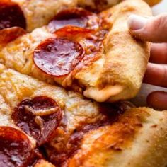 You want to cook pizza recipe at home today? Find here out best pizza recipes that you can easily make at your home. Pizzas are one of the most popular food… Homemade Pizza Crust Recipe, Best Homemade Pizza, Pizza Hut Stuffed Crust Recipe, Dough Recipe, Perfect Pizza, Good Pizza, Pizza Recipes, Cooking Recipes, Bread Recipes