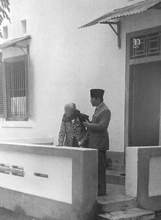 Ideas For Humor Pictures Heroes Old Pictures, Old Photos, Funny Pictures, Vintage Photographs, Vintage Photos, Indonesian Women, Dutch East Indies, Real Hero, Vintage Artwork