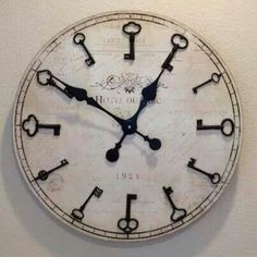 Repurposed old keys as numbers for a clock Skeleton Key Crafts, Skeleton Keys, Key Decorations, Old Keys, Deco Originale, Diy Clock, Clock Ideas, Antique Keys, Keys Art