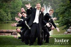 funny-wedding-photo-groomsmen
