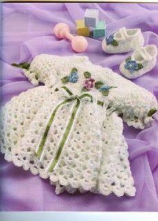 Vestidito para recien nacida con su juego de zapatitos.