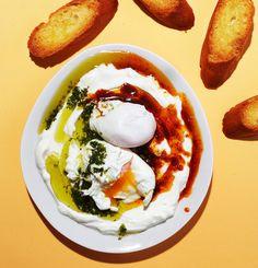 Jogurttia ja munia? Kuulostaa erikoiselta yhdistelmältä, maistuu totaalisen taivaalliselta. Tämä on täydellinen aamiaisruoka viikonloppuun.