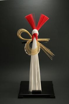 January,1月 : Mizuhiki is the traditional Japanese industrial arts. This work is a ornament for celebrate the New Year|水引 Japanese Colors, Japanese Design, Japanese New Year, Chinese New Year, Ikebana Arrangements, Flower Arrangements, Japanese Ornaments, Art Asiatique, Art Japonais