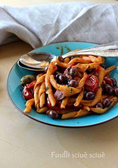 Fusilli sciuè sciuè con olive nere e capperi,un primo da preparare all'ultimo minuto,facile e gustoso!Un primo veloce,piccante e delizioso