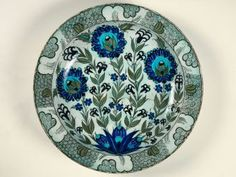 Large plate with floral decoration Around Hegira / AD Ottoman Museum of Islamic Art at the Pergamon Museum Berlin, Germany Iznik ceramics used at table were to be, 'as beautiful if not better than the royal porcelain of China'. Turkish Plates, Turkish Art, Turkish Tiles, Ceramic Plates, Ceramic Pottery, Pottery Art, Pergamon Museum, Ottoman, Religion
