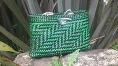 how to weave a kete - Google Search Flax Weaving, Diy And Crafts, Arts And Crafts, Flax Fiber, Maori Designs, Maori Art, Pouch, Wallet, Kite