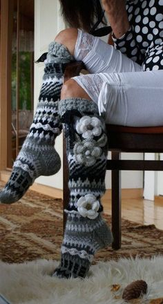 knee high socks,,no pattern, just inspiration for the colors. Gilet Crochet, Crochet Boots, Crochet Slippers, Crochet Clothes, Knit Crochet, Loom Knitting, Knitting Socks, Hand Knitting, Knitting Patterns