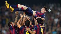 Els jugadors aixequen Messi, que ha superat el rècord de Zarra / FOTO: MIGUEL RUIZ-FCB - Leo Messi, máximo goleador de La Liga - 253 goles y los que vienen - FC BARCELONA - Momentos inolvidables