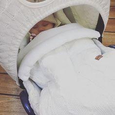 Tiesitkö, että vauvan turvakaukalon saa suojaisammaksi Baby's Onlyn kuomun ja lämpöpussin avulla? Lauran pienelle unet maistuvat hyvin pehmoisen pussin uumenissa 💕 Muistan kuinka helppoa pienen vauvan kanssa liikkuminen oli niin kauan kun hän nukkui kaukalossa tai vaunussa 😍 Kiitos Laura @humpula_s ,kun jaoit tämän kuvan, ihana! 😘 #pikkuvanilja #babysonly #vauva #baby #instababy #babyinsta #babyinspo #vauvantarvikkeet #vauvanukkuu #sleepingbaby #travelwithkids #travelwithstyle #babystuff…