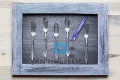 """""""Familiensilber"""" - Gabeln lila 2 (ARTS COLLECTION) Fine Art Print auf CANVAS in 19,5 x 28,5 cm, kaschiert auf Sperrholz. Rahmen handgefertigt, Aussenmasse 36 x 27 cm. Kein Glas. Clock, Collection, Home Decor, Art, Style, Lilac, Forks, Frame, Kunst"""