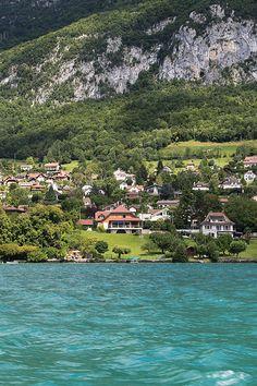 Découvrez les superbes maisons qui bordent le #lac d'#Annecy...  #HauteSavoie #Savoie #montagnes #mountains #lake #view #bestplaces #landscape #paysage #travel #voyage #houses #architect #architecture