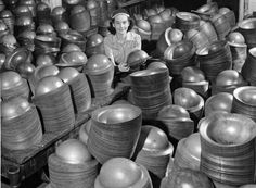 Factory worker among steel helmets produced during the Second World War Toronto Canada. Old Photos, Vintage Photos, German Helmet, Warring States Period, Jobs For Women, History Online, The Third Reich, Rosie The Riveter, High Art